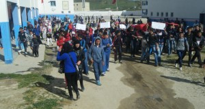 تلاميذ إعدادية القصر الصغير يحتجون على مجرى الصرف الصحي واكتظاظ النقل المدرسي