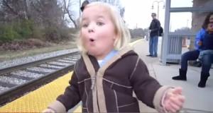 طفلة تشاهد القطار لأول مرة
