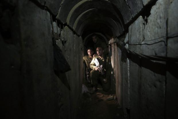 חיילים במנהרה שנחשפה  AP