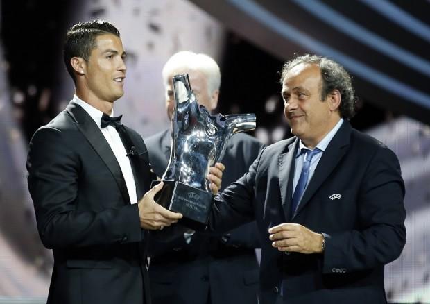 """ميشيل بلاتيني، رئيس """"الويفا""""، يمنح الجائزة لرونالدو"""