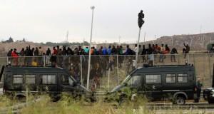 موجة من المهاجرين الأفارقة تزحف باتجاه السياج الحدودي لمليلية