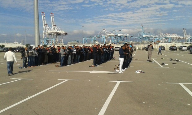 جانب من احتجاجات شباب فحص انجرة أمام الميناء المتوسطي