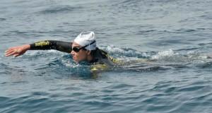 سباحة مغربية تقطع مضيق جبل طارق في ظرف 4 ساعات