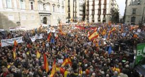 آلاف الكاتلانيين يتظاهرون في برشلونة ضد الانفصال