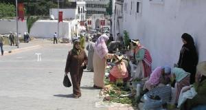 قرويات يعرضن خضرواتهن في شوارع طنجة.. وكتب عنهن روائيون مشاهير
