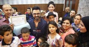 النجم المغربي أحمد شوقي يدخل الفرحة في قلوب الأيتام في حفل خيري بتطوان