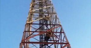 مواطنون في تيفلت يحتجون بشكل غير مسبوق فوق برج اتصالات