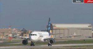 خاطفا الطائرة الليبيبة يهددان بتفجيرها في مطار مالطا