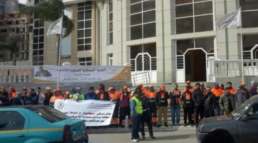 طنجة: عمال النظافة يحتجون أمام قصر البلدية