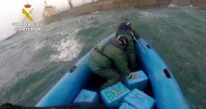 البحرية الإسبانية تسترجع نصف طن من الحشيش العائم في مضيق جبل طارق (فيديو)