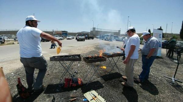 """مستوطنون صهاينة يقيمون حفل شواء قرب سجن لـ""""تعذيب"""" فلسطينيين مضربين عن الطعام"""