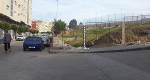 فضيحة في مقاطعة السواني: أصحاب مشروع مشبوه يسيّجون الرصيف ويدفعون بالمارة نحو المخاطر