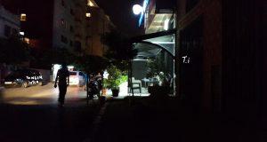 """مقهى في مقاطعة """"السواني"""" بطنجة تمثل نموذجا لاحتلال الملْك العمومي وفساد الإدارة"""