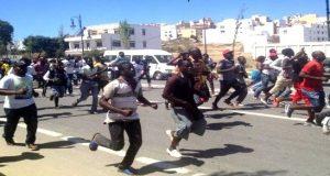 طنجة.. السلطات المغربية تقرر ترحيل 80 مهاجرا إفريقيا شاركوا في المواجهات العنيفة الأخيرة