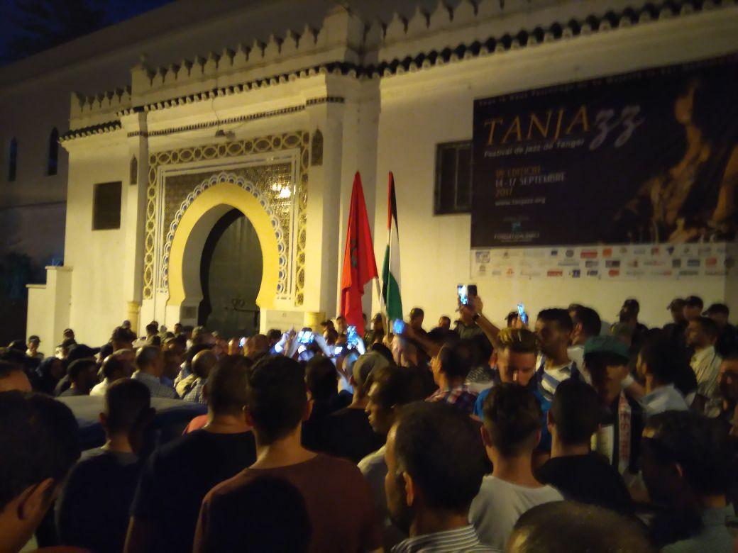 """طنجة.. وقفة حاشدة نددت بمشاركة المجندة الإسرائيلية ناعوم في فعاليات مهرجان """"طنجاز"""""""