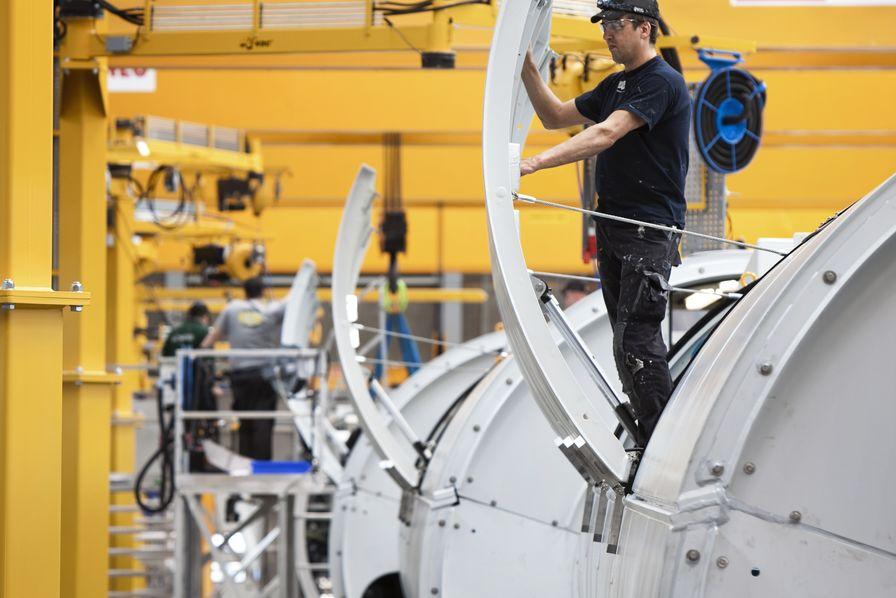 """شركة """"سيمينس"""" الألمانية تلتزم بموعدها وتفتتح مصنع أعمدة الطاقة الريحية بطنجة بعد 10 أيام"""