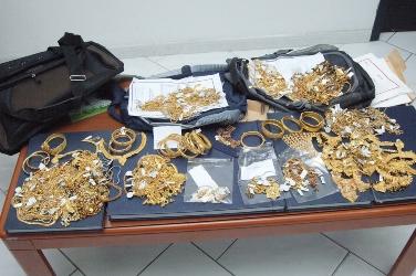 السوق الداخل، طنجة.. توقيف مهاجرَيْن إفريقيين يحوزان مجوهرات ذهبية مسروقة قيمتها تفوق 30 مليون سنتيم