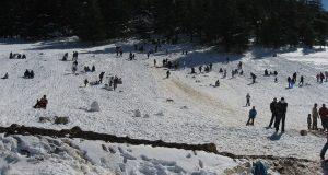 بسبب تساقط كثيف للثلوج.. صفارات تحذيرية تدعو الزوار إلى إخلاء محطة ميشليفن بإيفران