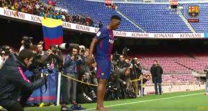طقس غريب للمدافع الكولومبي الجديد لبرشلونة.. هل هو تطيُّر أم شكر لله؟