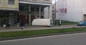 طنجة.. وفاة سيدة حامل وإصابة 17 شخصا إثر انقلاب سيارة نقل عمال