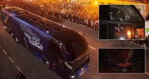 مشجع غاضب من جمهور بلنسية هاجم حافلة برشلونة وكسَّر زجاجها