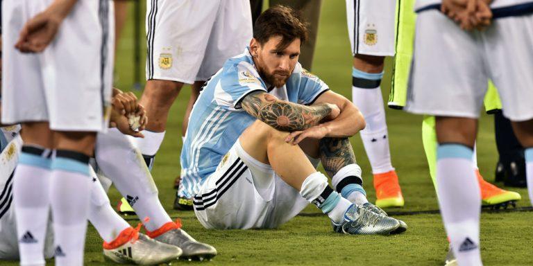 أرجنتينيون يطالبون ميسي بتقليل جهوده مع برشلونة..!