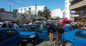"""المنشط الإذاعي """"مومو"""" يهين سائقي الطاكسيات.. وهؤلاء يعتصمون أمام مقر الإذاعة"""