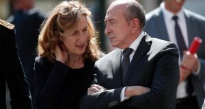 عنصرية بلا حدود: وزير خارجية فرنسا مصدوم بسبب طالبة ترتدي الحجاب..!