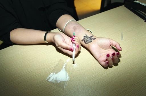 """أمن طنجة يوقف """"الدينامو"""" وثلاث فتيات بتهمة ترويج المخدرات الصلبة"""
