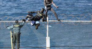 رغم تحفظ المغرب: إسبانيا تنزع الأسلاك الشائكة من السياج الحدودي لسبتة