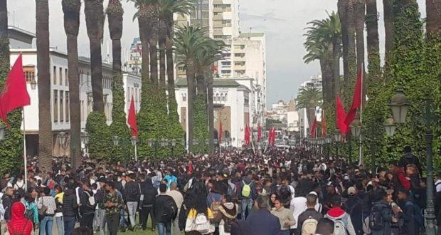 """بسبب """"ساعة العثماني"""": تلاميذ المغرب يدفئون الشوارع في عز الشتاء.. !"""