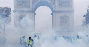 شاعْلة في باريس: المحتجون يقطعون رأس نابليون.. ويخربون قوس النصر.. !