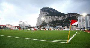 في جبل طارق فقط: يمكنك أن تتفرج على مباراة لكرة القدم من الطائرة.. !