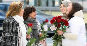 مسلمو بلجيكا يتصدون للإسلاموفوبيا بالورود
