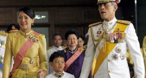 ملك تايلاند يتزوج رئيسة أمن قصره.. فصارت ملكة.. !