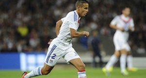 مدافع المنتخب الجزائري يقترب من إسبانيول برشلونة