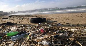 """أطنان النفايات على """"الرمال الذهبية"""" للشاطئ البلدي بطنجة.. !"""