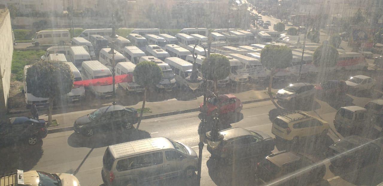 """النقل السري يعربد في طنجة.. والجماعة والسلطات تحاصر """"النقل المزدوج"""""""