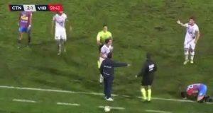 لقطة غريبة جدا: مدرب يقطع هجوما للفريق المنافس + فيديو