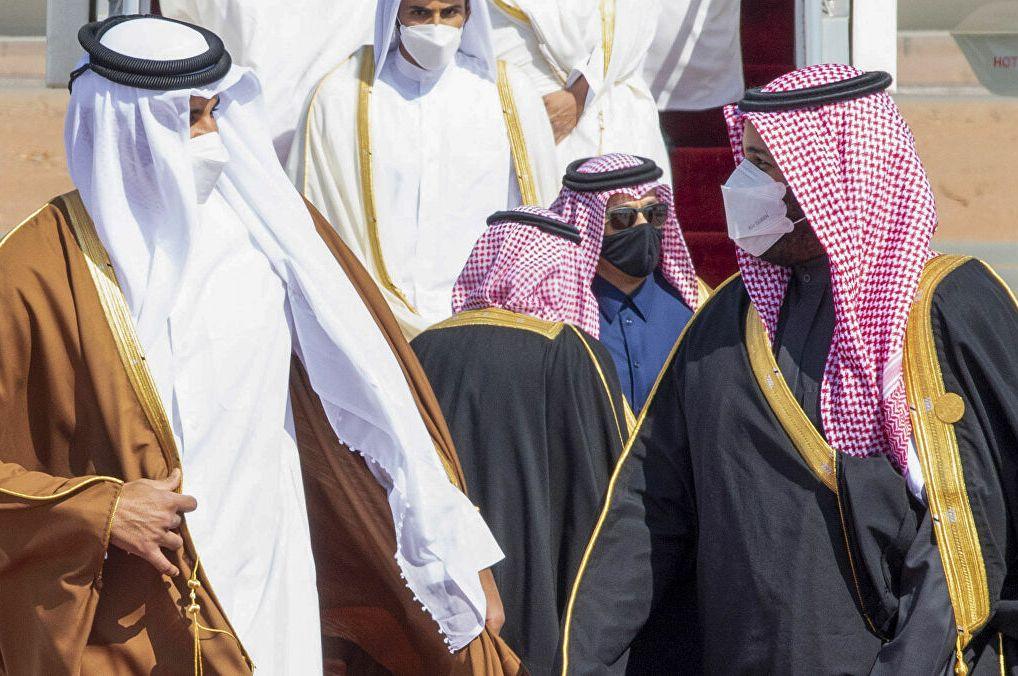 بالحفاوة والعناق: ولي العهد السعودي يستقبل أمير قطر